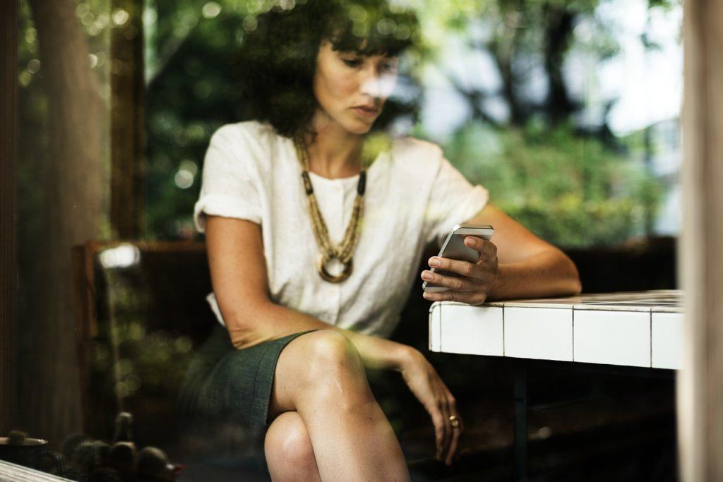 kobieta-z-telefonem